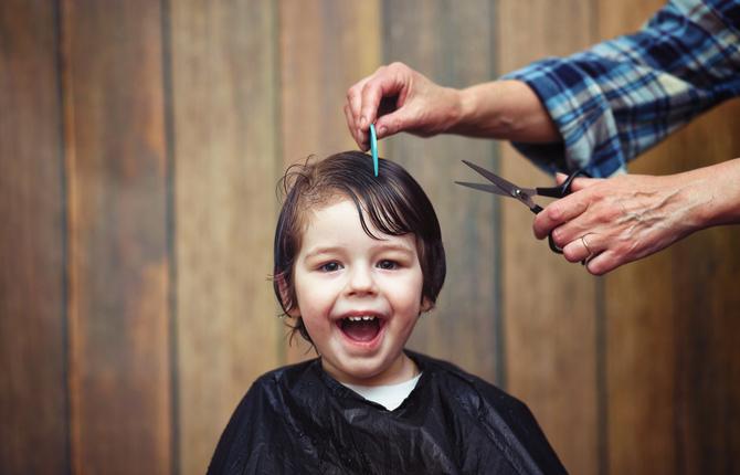 ハサミやバリカン、敷き物だけじゃない!子どものヘアカットに必要な物リスト