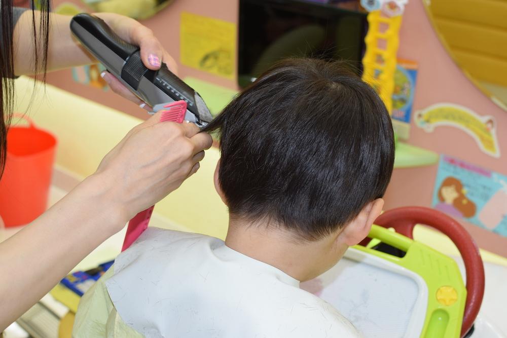 美容師さんに聞くテスコムのバリカンヘアーカッターTC470の使いかた【トップ】「スキ刈りコーム」で毛束を引き出しながら髪全体をすいて行く