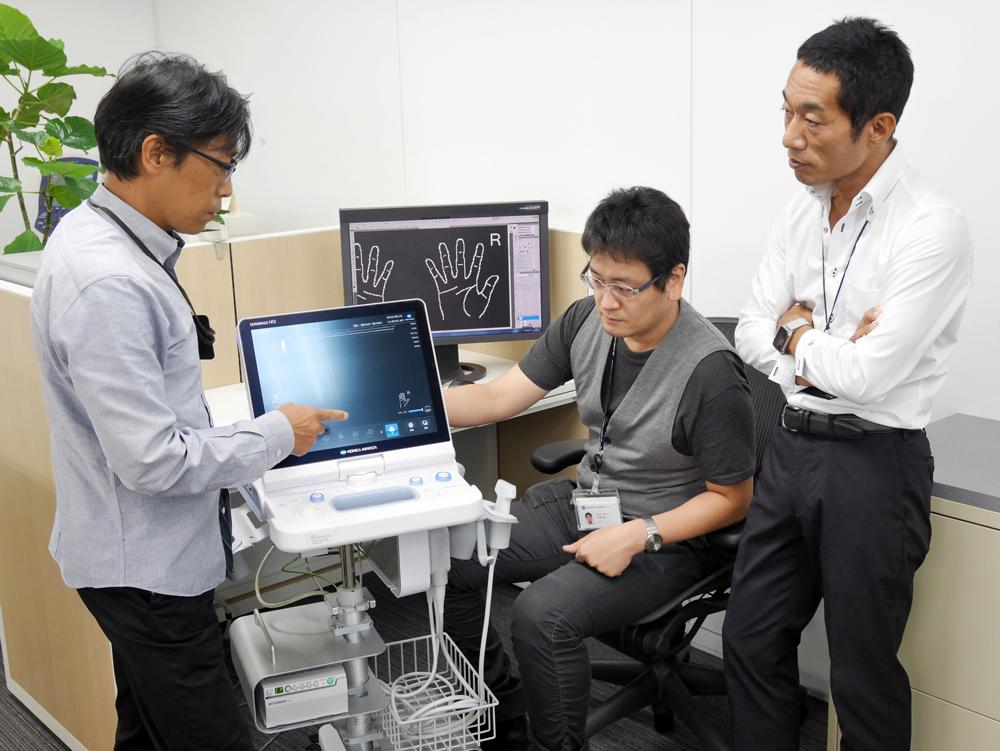 大手オフィス機器メーカーで機械工業デザイン賞を受賞したメンバーと(写真右が伊藤)
