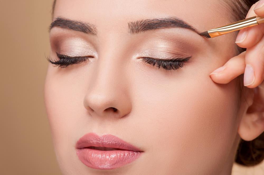 眉毛の形は主に2種類!最近の流行はやや太めの直線眉