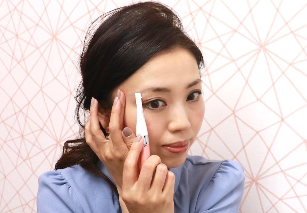 眉毛の下側を剃る時はこめかみのあたりを引っ張って、毛を立てながら、毛の流れに逆らうようにフェイスシェーバーを動かしていきます。