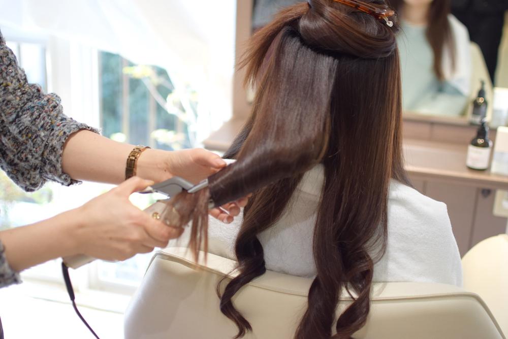③毛先は髪の量が少ないので、髪の中央部を巻く時よりコテを当てる時間を短くします。