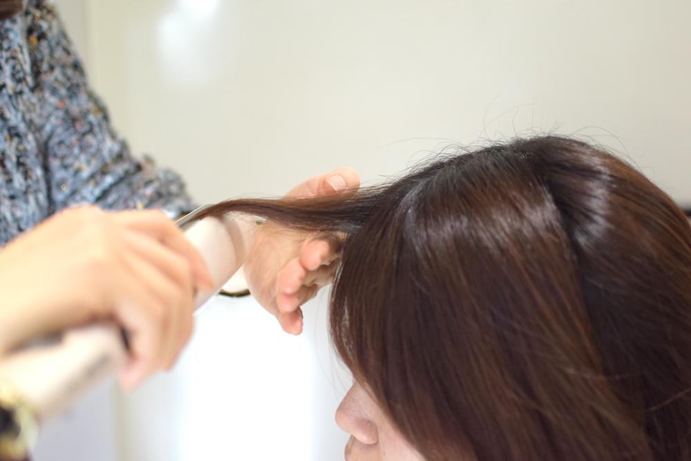 ④前髪はストレートアイロンで巻いていきます。